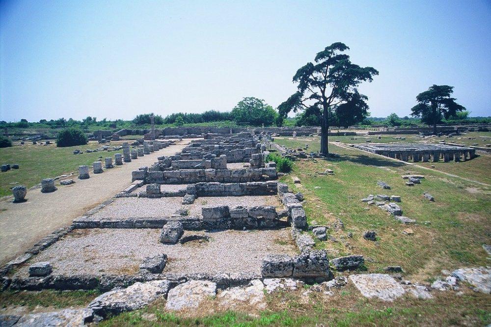パエストゥムはギリシャ時代のあと、ローマ人の町にもなった。ローマ人のフォロの遺跡も残る。南イタリア世界遺産。