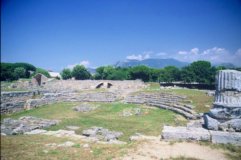 パエストゥムはローマ人の町にもなった。ローマ円形闘技場も残る南イタリア世界遺産。