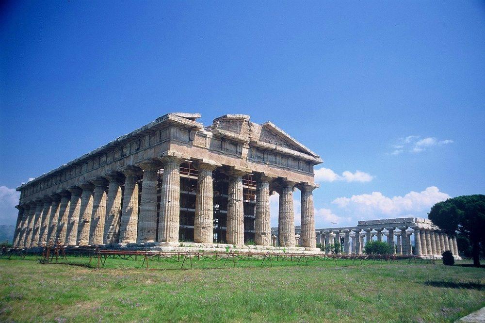 パエストゥム。完璧なギリシャドーリア式神殿が二つ並ぶ南イタリア世界遺産。手前ポセイドン神殿。奥ヘラ神殿。