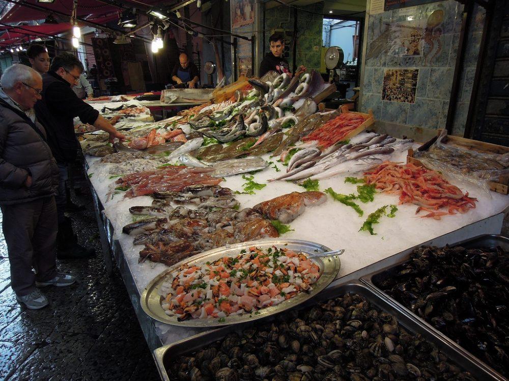 パレルモはシチリア第一の都市で魚介も豊富なマーケットが賑わい楽しめる。