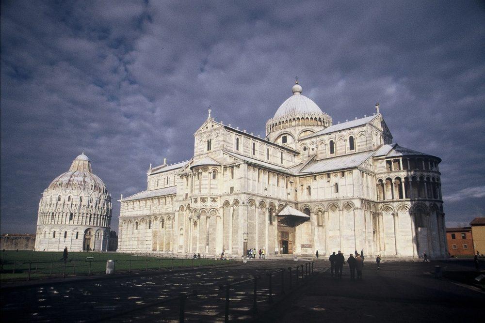 イタリア世界遺産・ピサドゥオーモ広場全景。イタリアでは奇跡の広場と呼ばれる。