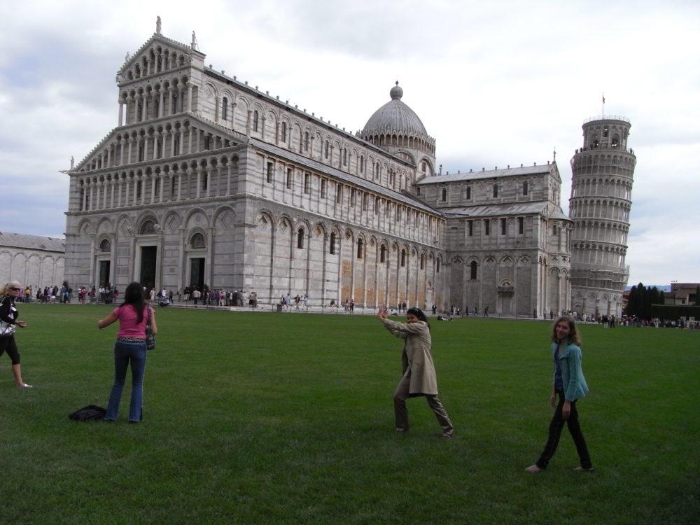みなさん斜塔を支えるポーズで記念写真。イタリア世界遺産ピサの斜塔。ピサの大聖堂鐘楼。