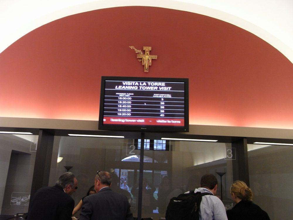 ピサ斜塔見学はイタリア旅行社で予約するようお勧めします。