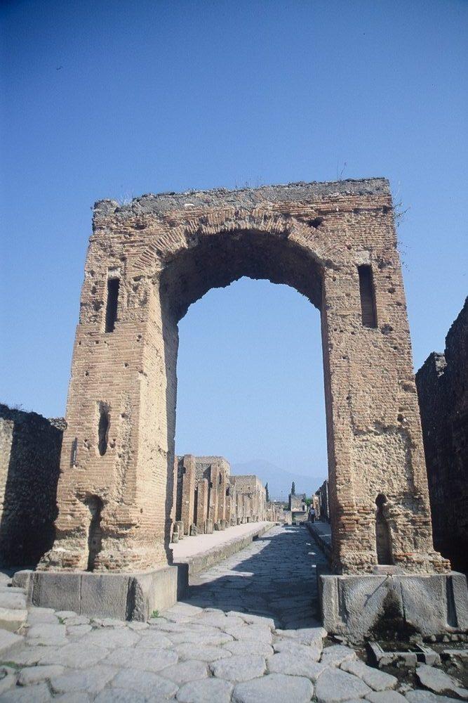 ポンペイ。カリゴラの門とメルクリオ通り。南イタリア世界遺産。