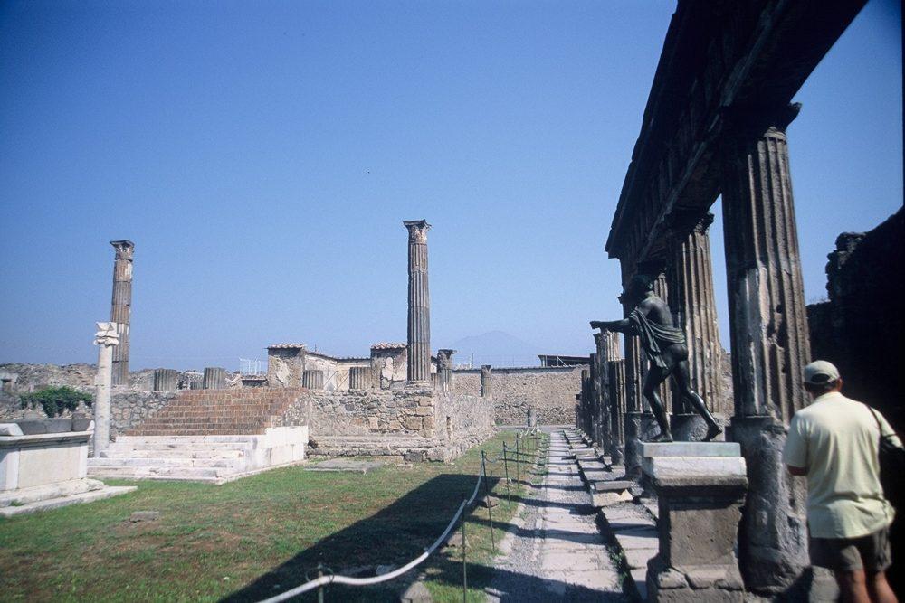 ポンペイ。アポロの神殿。右の柱廊にアポロのブロンズ像が