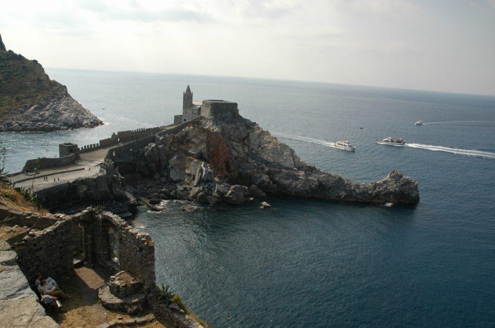 界遺産ポルトヴェーネレ、湾の入り口に建つサンピエトロ教会。海はMarLigure=リグレ海。
