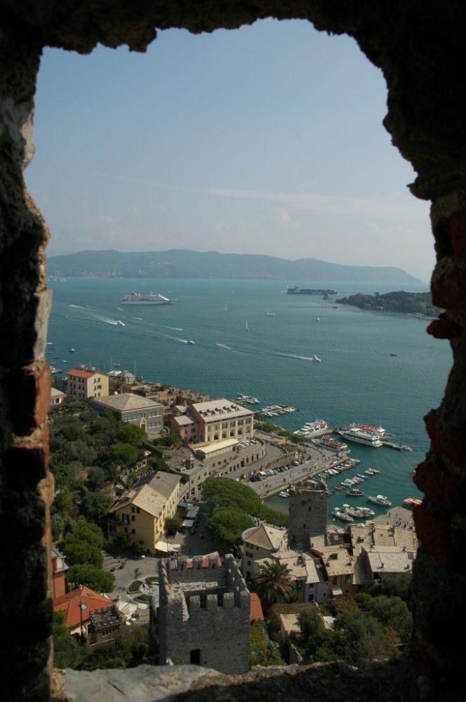 ポルトヴェーネレ、ラスペッツィア湾、夏の間はポルトヴェーネレからチンクエ・テッレやポルトフィーノ、ラスペッツィアへの船便が頻繁にある