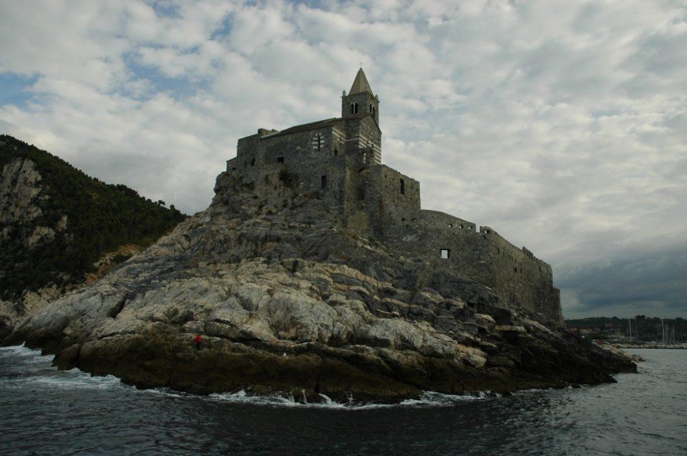 世界遺産ポルトヴェーネレ、湾の入り口に建つサンピエトロ教会。