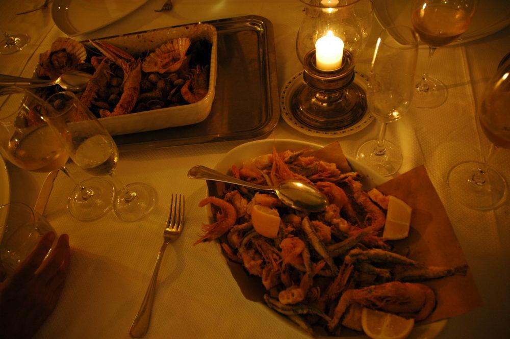 ポルトヴェーネレ。海鮮レストラン。フリッティミスティ。えび、いか、鰯