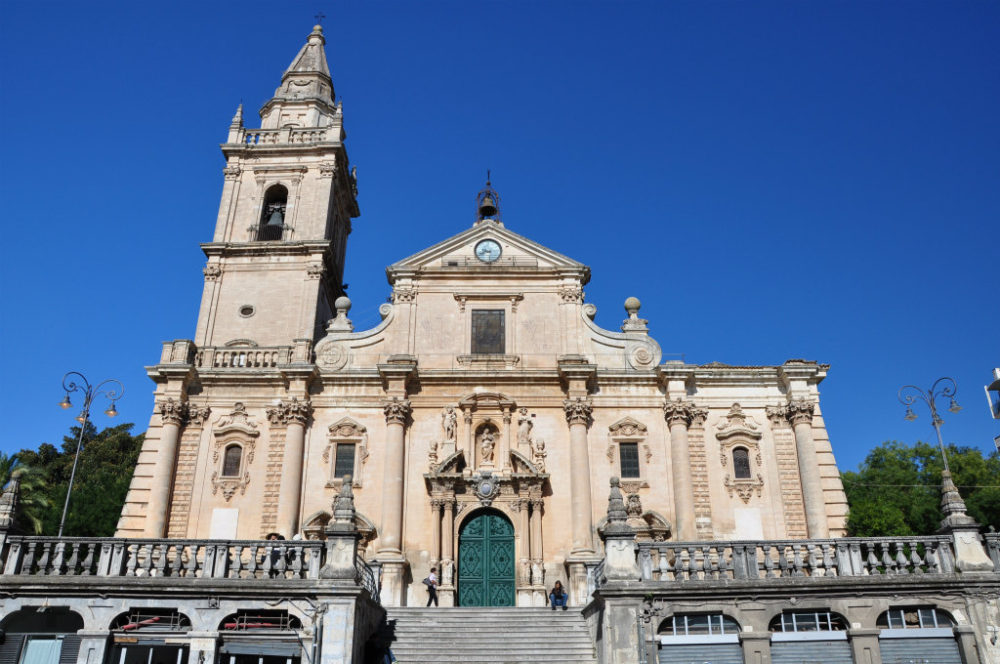 イタリアシチリア島ラグーサのカテドラーレ大聖堂はピアッツァ・サンジョヴァンニに建つっている正面にはラグーサのインフォメーションがあって、地図や情報を入手できる。