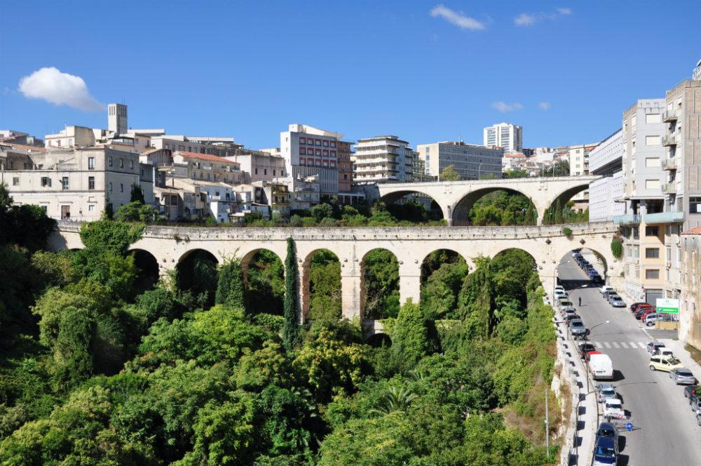 イタリアシチリア島ラグーサスーペリオーレ=上の街からの眺め。高低差のあるラグーサの街にかかる2本の橋。橋の上に橋が乗っているわけではない