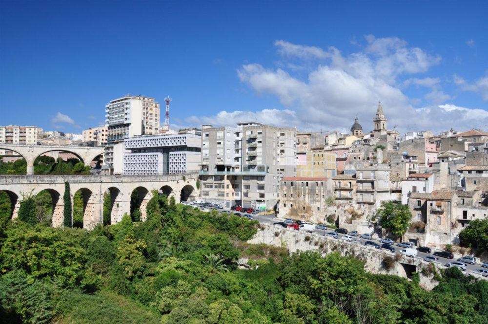 イタリアシチリア島ラグーサスーペリオーレ=上の街からの眺め。高低差のあるラグーサの街にかかる2本の橋。橋の上に橋が乗っているわけではない。