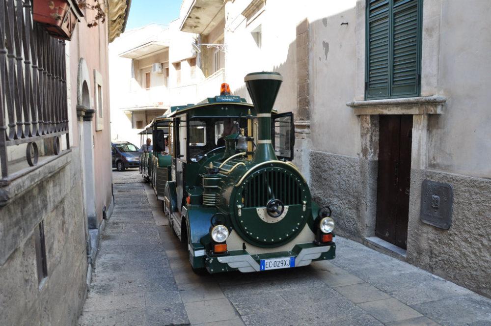 ラグーサ旧市街イブラを走るトレニーノ