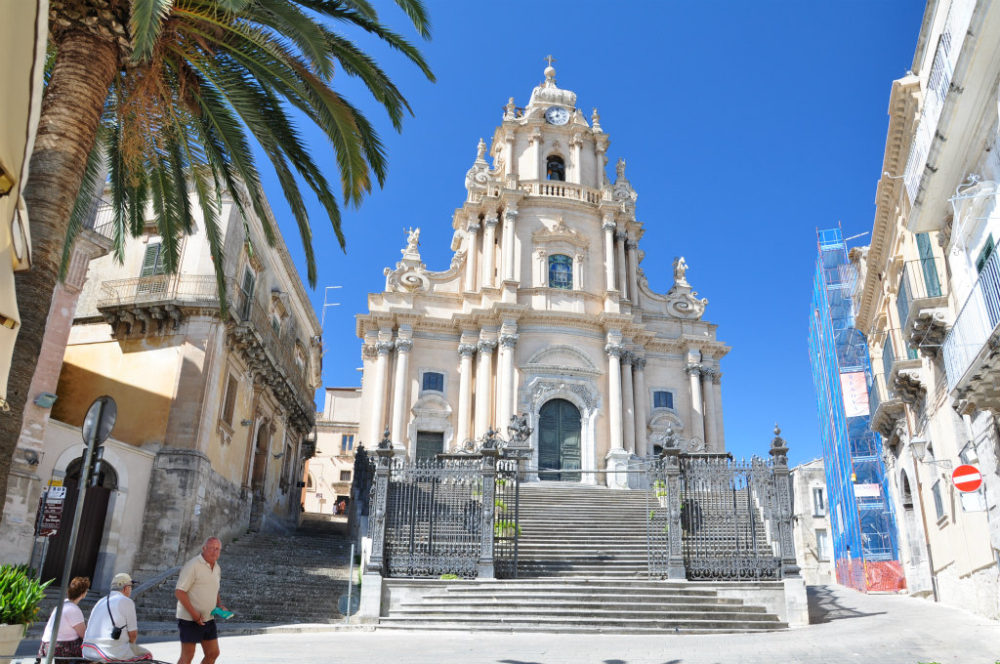 イタリアシチリア島ラグーサのドゥオーモサンジョルジョ大聖堂の堂々たるファッサードと全景。1739年ロザリオガリアルディによる設計。