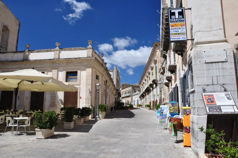 イタリアシチリア島ラグーサイブラ中心街。ドゥオーモ広場からのCorso XXV(25) Aprile。4月25日はイタリアがナチスによる占領ファシストから解放された記念日。Liberazione