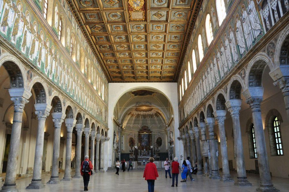 世界遺産・ラヴェンナ、サンタポッリナーレヌオーヴォ教会。心廊両側にモザイク壁画が