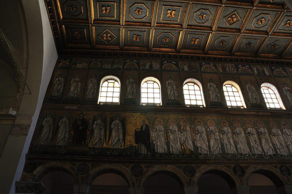 世界遺産・ラヴェンナ、サンタポッリナーレヌオーヴォ教会。心廊奥右側モザイク壁画