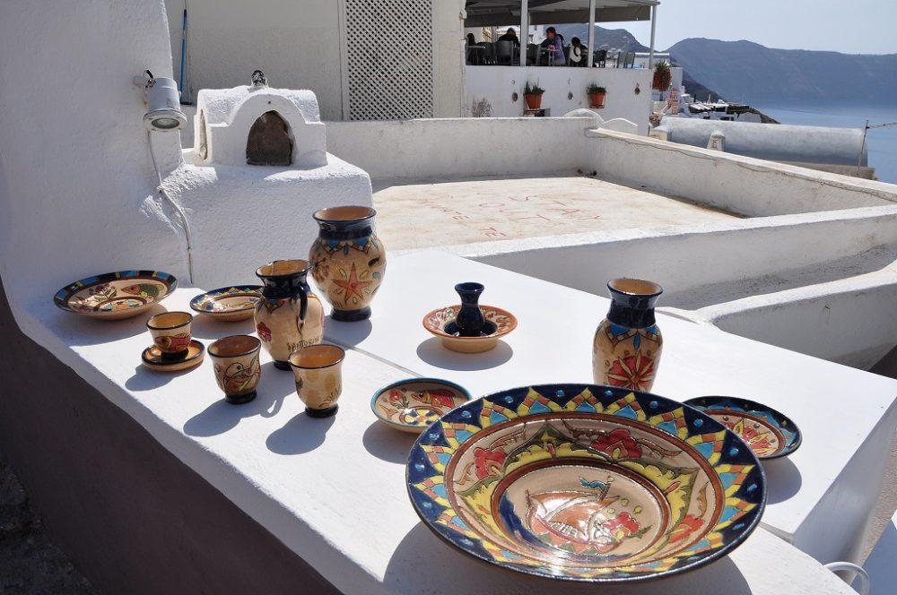 エ-ゲ海に浮かぶ白亜の島サントリーニ島。おみやげに色とりどりの陶器はいかがでしょうか。