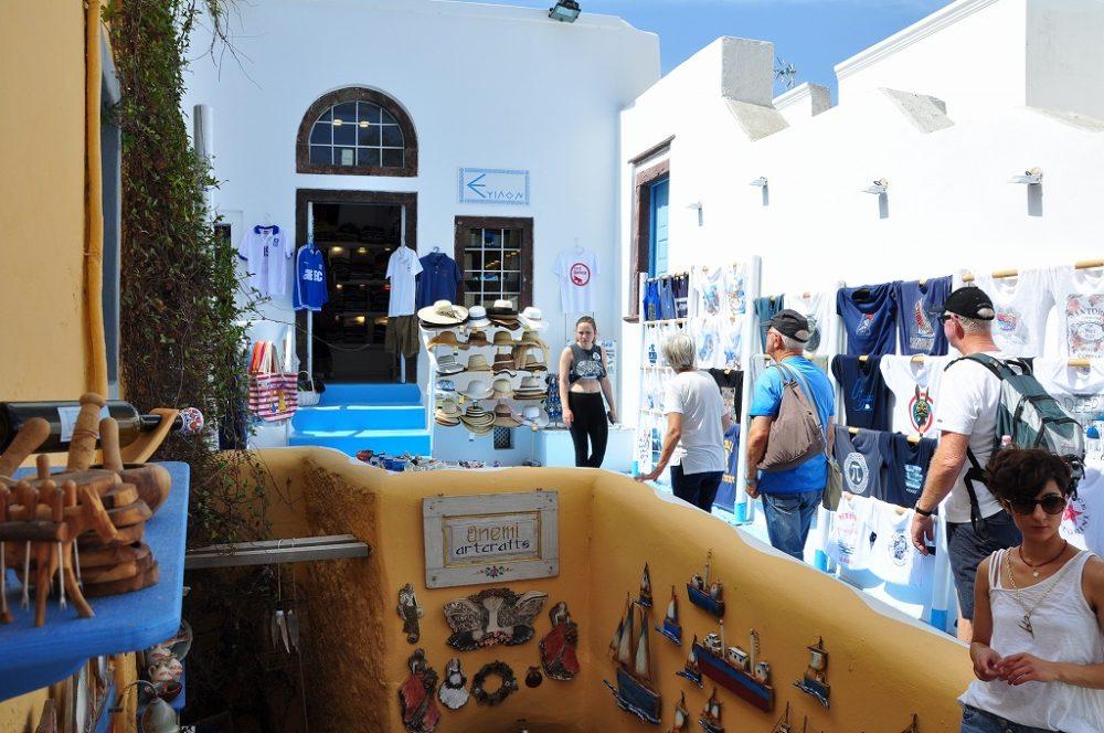 エ-ゲ海に浮かぶ白亜の島サントリーニ島。街の中は狭いとおりのおみやげ店には色とりどりの品物が並ぶ。
