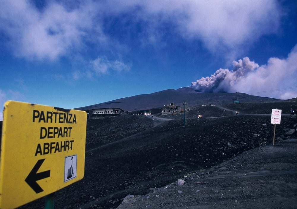 シチリア島、エトナ山、ヨーロッパ大陸唯一の活火山。その気になれば登れまれます。