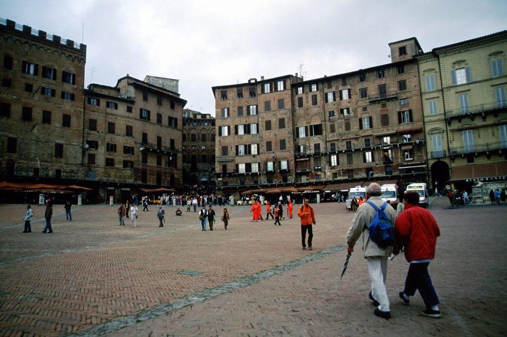 イタリア世界遺産・シエナ、カンポ広場を通ってマンジャの塔へ向かう