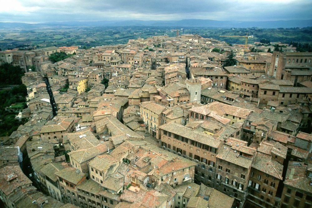 世界遺産シエナ、カンポ広場、マンジャの塔から見える中世の街並み。中部イタリア
