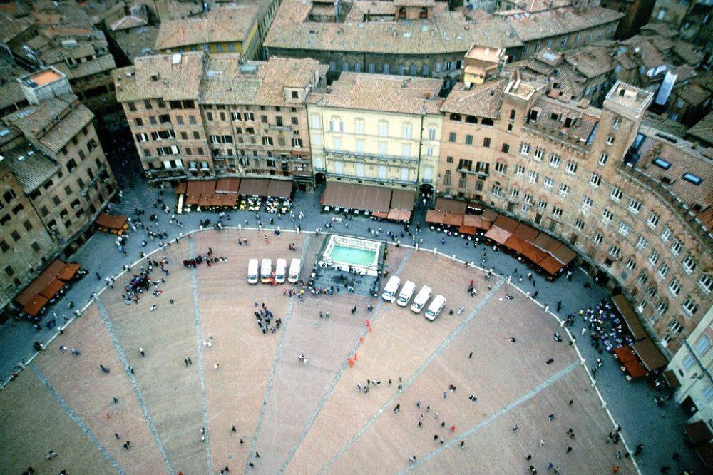 イタリア世界遺産。 シエナ、マンジャの塔から世界で最も美しい広場カンポ広場をみおろすと、