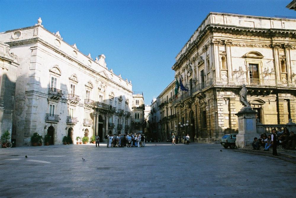 ゥオーモ広場に面してシチリアゴシックの建物が取り巻く