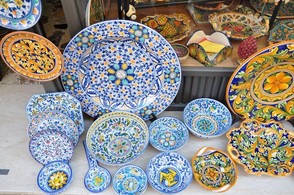 シチリア、タオルミーナ。色鮮やかな緒シチリアの陶器をお土産にしてはいかがでしょう
